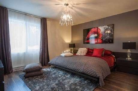 18. O quarto vermelho pode receber a cor vibrante apenas nos detalhes decorativos – Foto: Decoist
