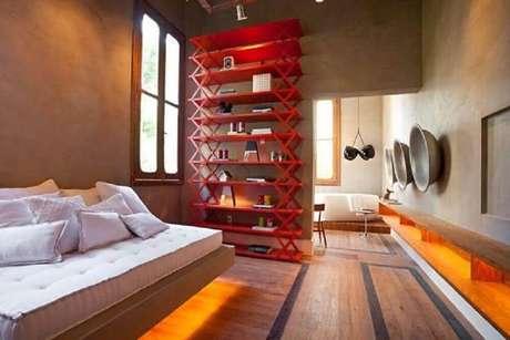 20. Decoração moderna para quarto com parede de cimento queimado e estante vermelha – Foto: Pinterest