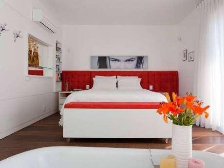 23. Decoração para quarto todo branco com cabeceira vermelha em destaque – Foto: Mantovani e Rita Arquitetura
