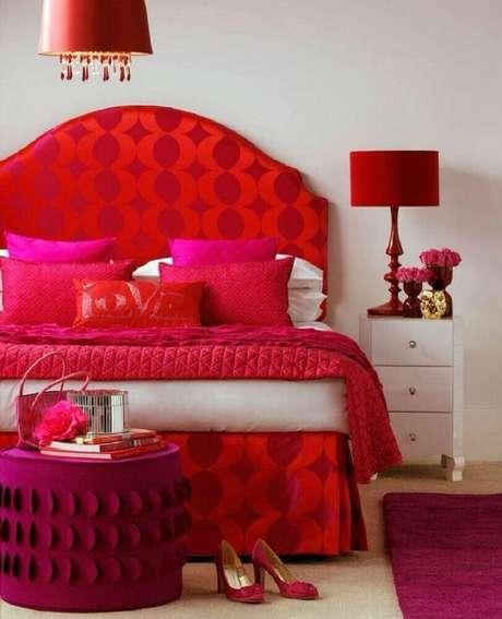 24. Decoração para quarto branco com detalhes em vermelho e pink – Foto: Evgenia Kuzmina