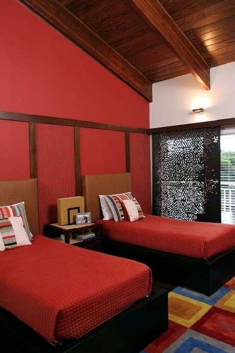 29. Na duvida, escolha cores mais escuras de vermelho para decoração do quarto – Foto: Decoist