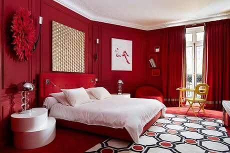 30. Que tal investir em um quarto totalmente vermelho? Sim, quartos vermelhos podem ser muito sofisticados – Foto: Arkitexture