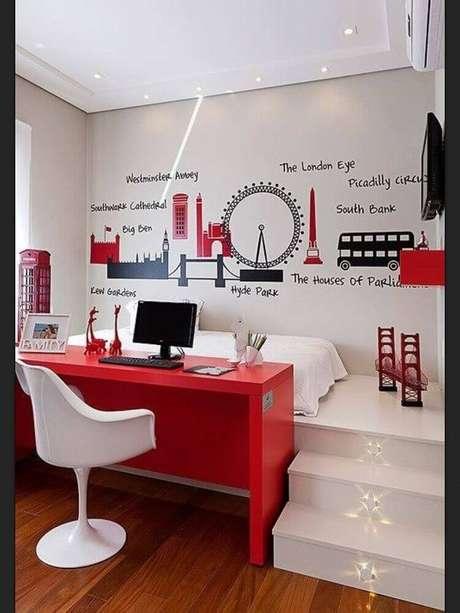 33. O quarto vermelho e branco pode receber detalhes decorativos como adesivos para deixa-lo mais divertido e moderno – Foto: Lovingit