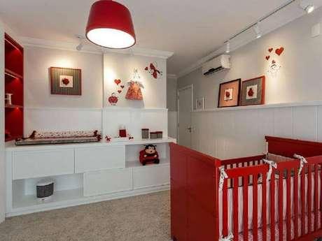 34. Inspiração para decoração de quarto de bebê em tons de branco e vermelho – Foto: Juliana Pippi