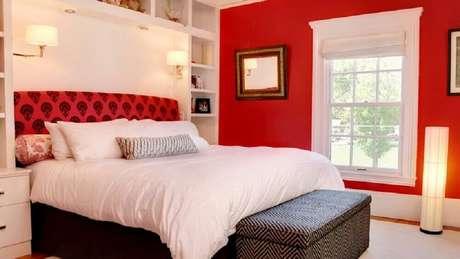 35. O quarto com parede vermelha deve ser bem iluminado – Foto: Homedit