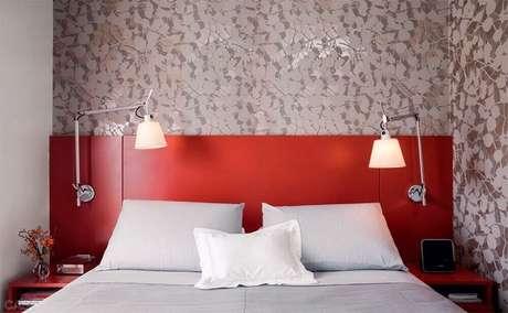 1. Decoração de quarto vermelho com cabeceira de madeira e papel de parede – Foto: Pinterest