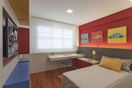 37. Quarto de menino decorado com parede vermelha e bancada azul – Foto: Eduarda Correa