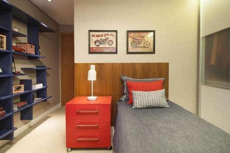 38. Que tal fazer um quarto vermelho com detalhes como estante azul de nichos para deixá-lo mais moderno? – Foto: Meyer Cortez