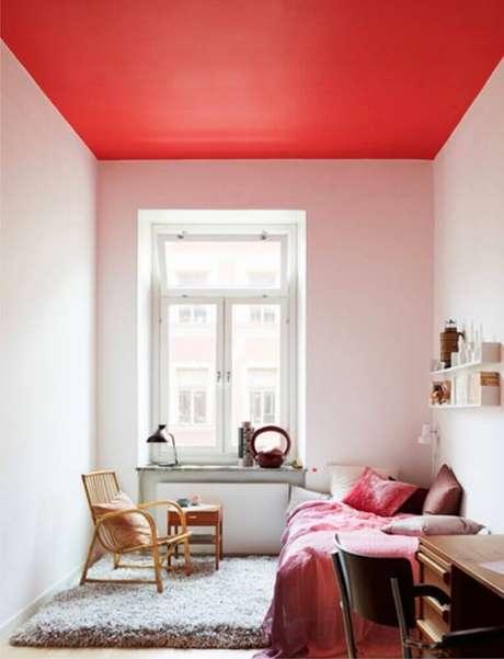 39. Decoração para quarto de solteiro todo branco com teto pintado de vermelho – Foto: Maryan Interior Design