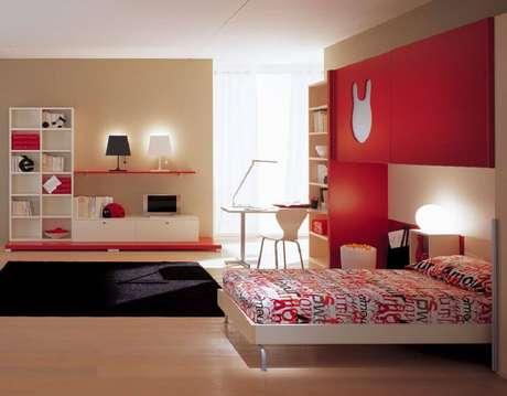 41. Quarto vermelho decorado com tapete preto – Foto: Pinterest