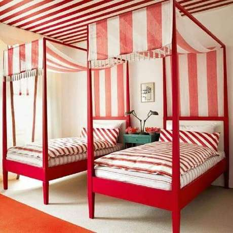 42. Ideia diferente de quarto vermelho onde as camas com dossel receberam um tecido listrado de vermelho e branco combinando com o teto – Foto: Pinterest