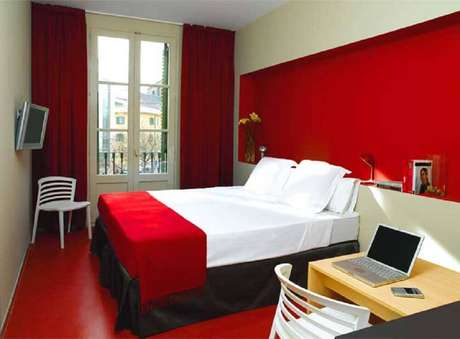 42. Além do quarto com parede vermelha, você também pode investir em um piso pintado de vermelho para dar um toque especial na decoração – Foto: All Things Lovely Paper
