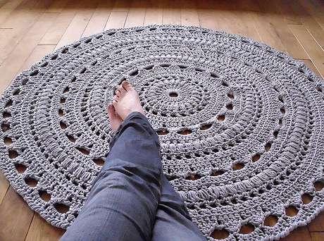 25. Tapetes em crochê bem trabalhados enriquecem o lar