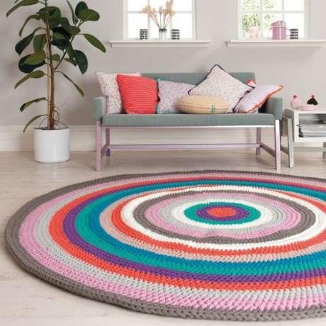 23. Se sua sala de estar for grande um tapete de crochê ficará perfeito