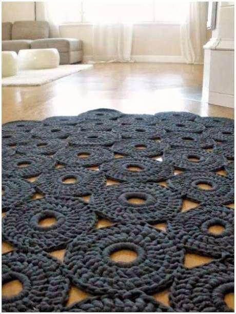 22. Você pode deixar o centro mais aberto e juntar vários círculos para fazer seu tapete