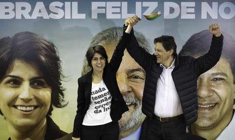 Manuela D'Ávila e Fernando Haddad em coletiva nesta terça (7)