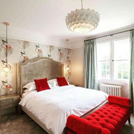 44. Quarto vermelho e branco com decoração clássica com papel de parede e recamier com acabamento capitonê – Foto: Sue Murphy