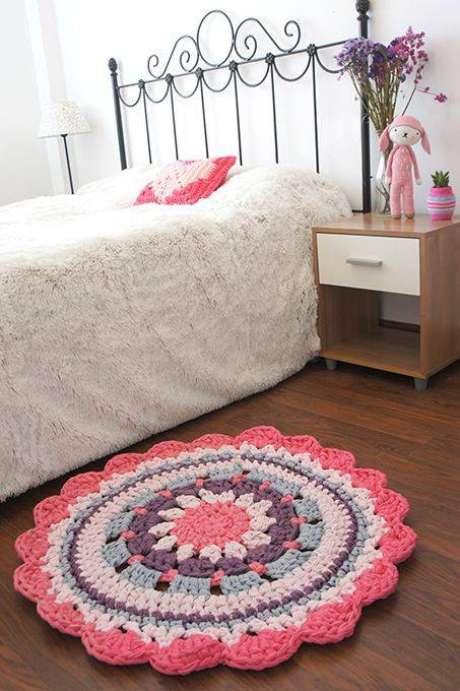 13. Flores são bem femininas e discretas perfeitas para tapetes de crochê