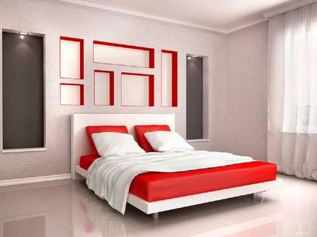 46. Inspiração minimalista de quarto vermelho e branco – Foto: InteriorCharm