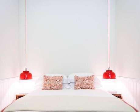 48. Quarto branco decorado com pendentes vermelhos – Foto: Pinterest