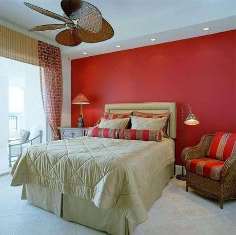 50. Quarto com parede vermelha e decoração em tons de bege – Foto: Dweef