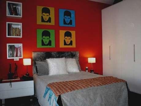 52. Decoração para quarto vermelho com quadros coloridos na parede – Foto: Pinterest