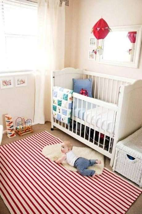 3. Decoração para quarto de bebê com tapete listrado vermelho e branco – Foto: Pinterest