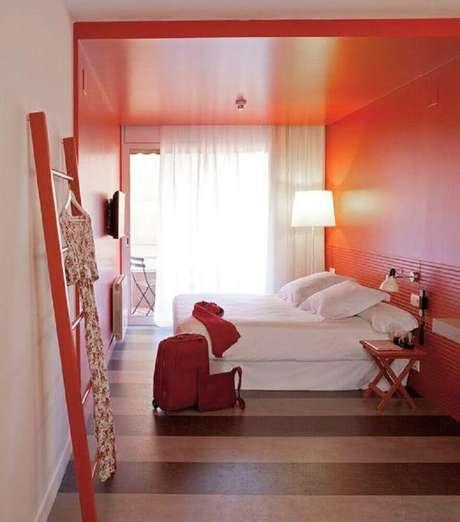 54. Investir em uma boa iluminação é algo muito importante para o quarto com parede vermelha – Foto: Park Land Country Club Homes