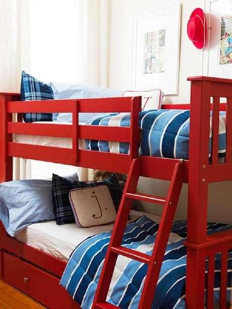 58. Em um quarto vermelho com estilo, você também pode investir em móveis nessa mesma tonalidade – Foto: TinyBook