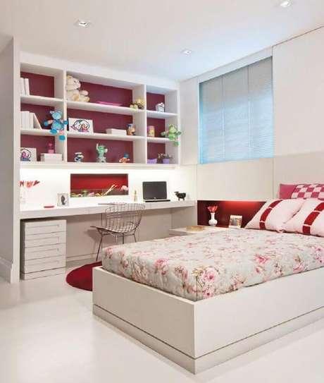 60. O vermelho do quarto vermelho e branco pode estar em detalhes como o fundo do nicho – Foto: Cucine Ikea