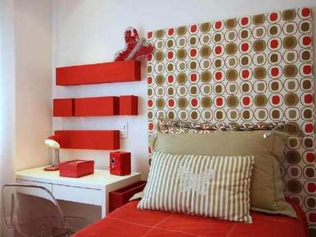 2. Decoração para quarto vermelho e branco onde a cor mais forte ficou presente apenas nos detalhes – Foto: Meyer Cortez Arquitetura & Design