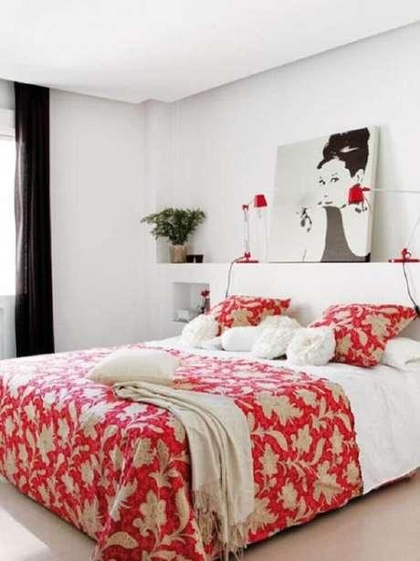 63. Para inserir o vermelho no quarto sem precisar investir muito dinheiro, você pode usar a cor na roupa de cama – Foto: Mobilya Günlüğü