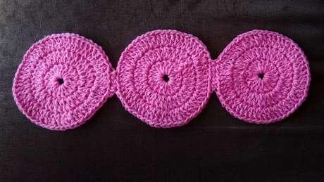 Junteos círculos que você fizer para o tapete de crochê