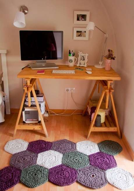 44. Num Home Office, o tapete de crochê deixa tudo mais confortável