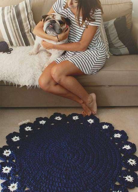 26. Tapetes de crochê com cores escuras contrastam muito bem em ambientes claros