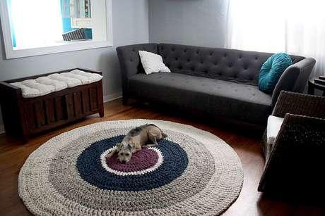 27. Tapetes de crochê grandes ficam muito bons em ambientes espaçosos