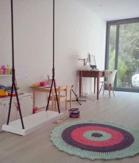 28. Ambiente despojado com um tapete de crochê bonito ao centro