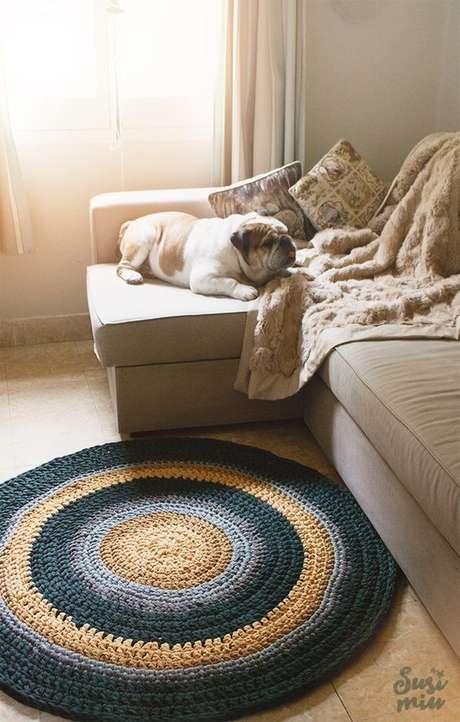 29. Sala de estar com tapete de crochê circular com cores marcantes