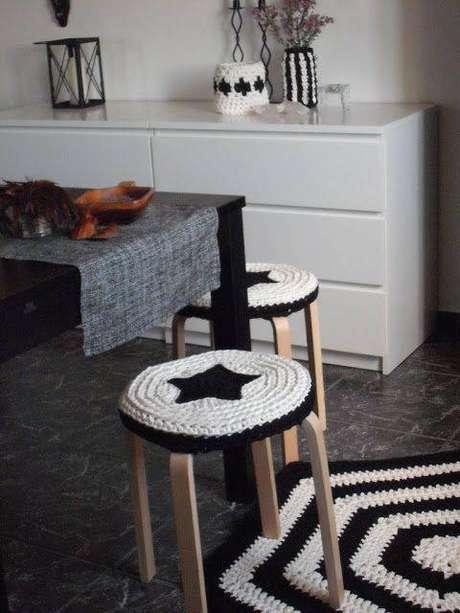 33. O crochê está presente no tapete, nos bancos e nos cachepots da cozinha em estilo escandinavo