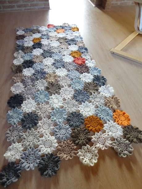 39. Tapete para corredor feito com flores de crochê