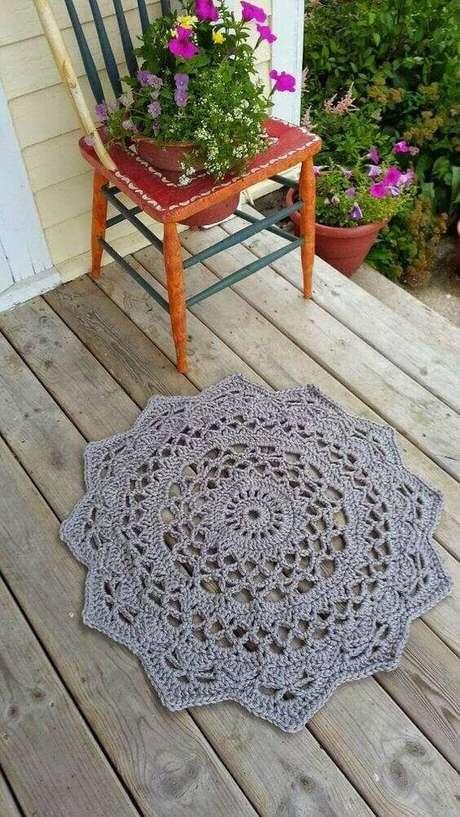 48. Você pode utilizar um tapete de crochê de barbante pequeno ou grande na varanda