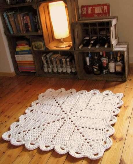 31. Você pode combinar um tapete de crochê com móveis rústicos