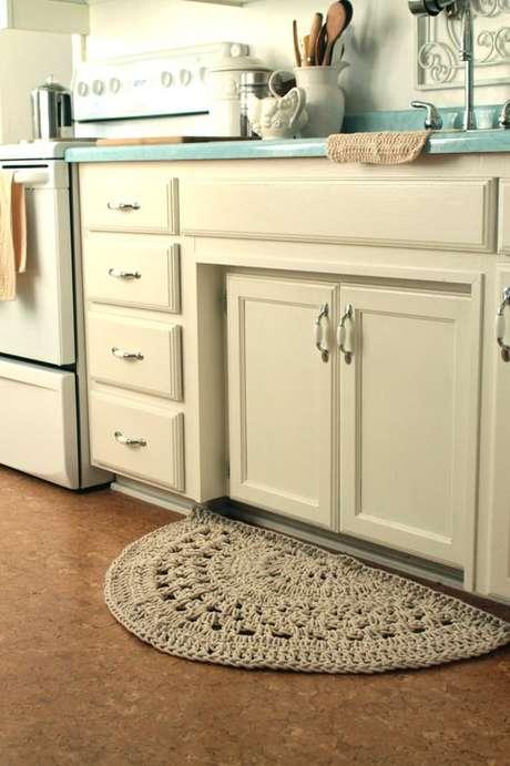 34. Um tapetinho de crochê na cozinha faz toda diferença