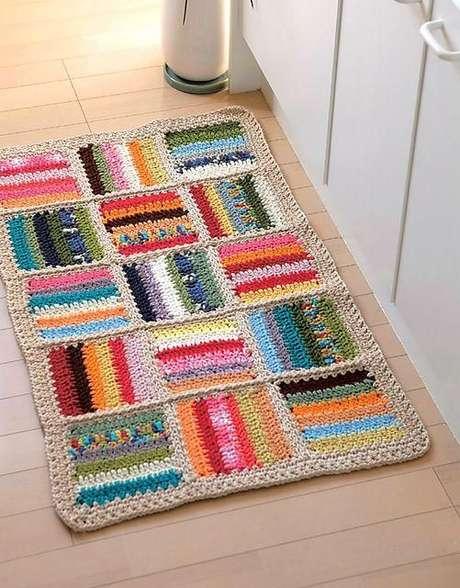 35. Tapetes de crochê com linhas coloridas ficam lindo em qualquer cozinha