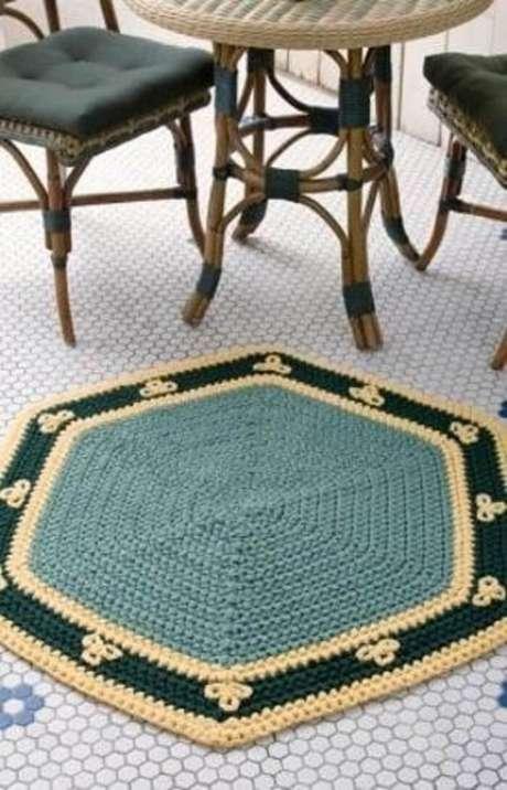 49. Você pode colocar o tapete de crochê de barbante próximo à uma mesinha na varanda