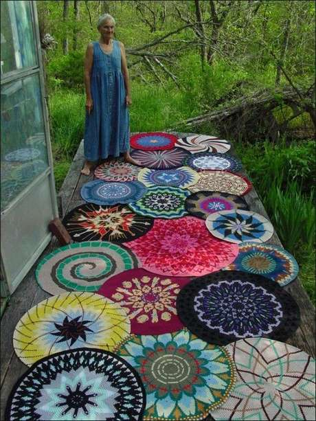50. Um tapete grande pode ser a combinação de diversos tapetes de crochê