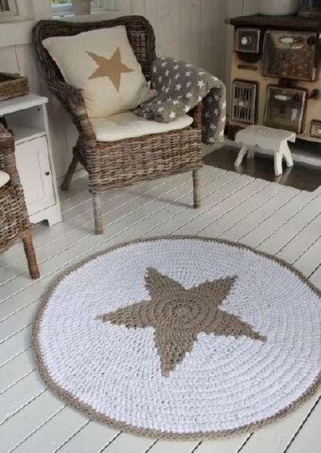 51. Você pode combinar seu tapete de crochê de barbante com outros itens da decoração