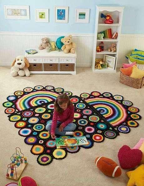 18. Você pode inovar nas cores e formato do seu tapete de crochê