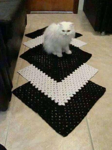41. Tapete preto e branco de crochê para corredor, lindo e confortável