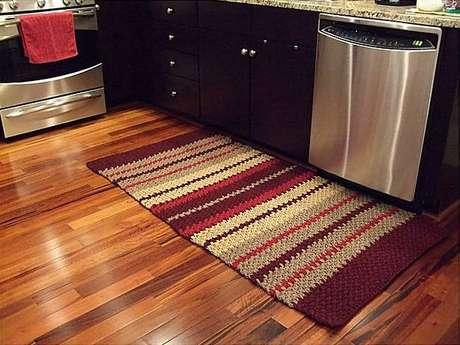 37. Cozinha modernas podem receber um tapete de crochê na decoração